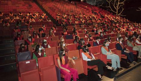 El teatre de la Llotja va acollir ahir l'entrega d'orles de la facultat de Dret, Economia i Turisme.
