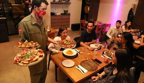 Un restaurant de Lleida diumenge passat, el primer dia en què van poder tornar a servir sopars.