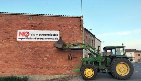 Veïns de Sant Ramon van desplegar ahir una pancarta servint-se de la pala d'un tractor.