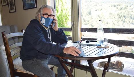 Antonio Solà teletreballa des de la seua residència a Riu de Cerdanya.