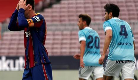 Messi es lamenta en un moment del partit d'ahir després d'una nova desfeta del seu equip.