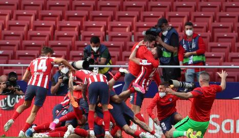 Els jugadors de l'Atlético celebren eufòrics el gol de Luis Suárez que els donava la victòria.