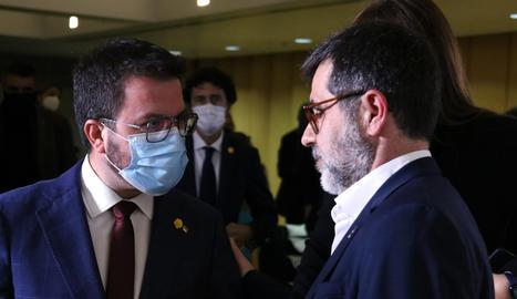 El vicepresident del Govern i candidat d'ERC, Pere Aragonès, amb el secretari general de JxCat, Jordi Sànchez, després de la compareixença del segon el 23 de març.