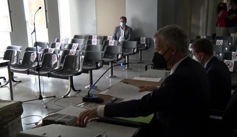 Vista del judici a l'alcalde d'Almacelles, Josep Ibarz, amb l'acusat al fons de la sala.