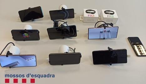 Telèfons mòbils i rellotges digitals recuperats pels Mossos als tres detinguts a Òdena.