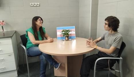 La responsable de la consulta Trànsit.Lleida, Mari Cruz Sanz, atenent a una usària, Ixeya Quesada.