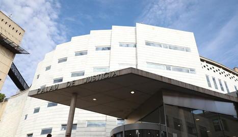 Vista de l'entrada a l'Audiència de Lleida, que jutjarà avui i demà un cas d'abusos a una menor.