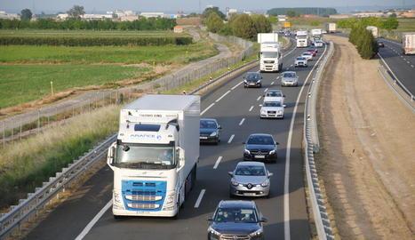 Llargues cues a l'A-2 per accidents al Segrià i el Pla d'Urgell