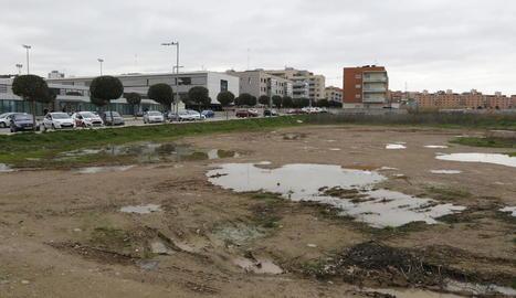 Imatge d'arxiu del solar on es preveu edificar l'alberg, situat al costat del col·legi La Mitjana.