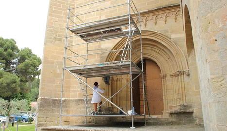Obres aquesta setmana al portal del segle XIV del monestir.