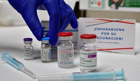 Vials de diferents vacunes que ja s'administren a la Unió Europea.