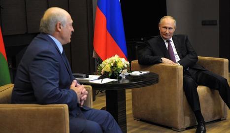 El president bielorús, Aleksandr Lukaixenko, es va reunir ahir amb el líder rus, Vladímir Putin.