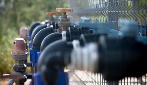 subterrani. Detall d'aixetes que distribueixen aigua a través de tubs a les finques