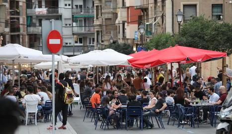 Terrasses ocupen carrers - L'ajuntament de Lleida talla des d'ahir a la nit fins a la pròxima matinada (00.00 hores) els trams dels carrers Teuleries, Sant Martí i Nord i l'avinguda Doctora Castells per facilitar l'habilitació de terrass ...