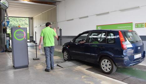 Un vehicle passant ahir la ITV al centre de Certio de l'Alt Urgell.
