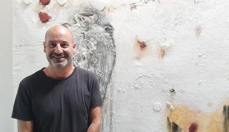 L'artista de Ponts, vora una de les obres de 'Diàlegs amb la terra'.