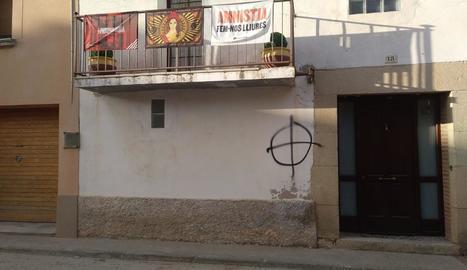 Imatge de la pintada a la façana d'una casa d'Anglesola.
