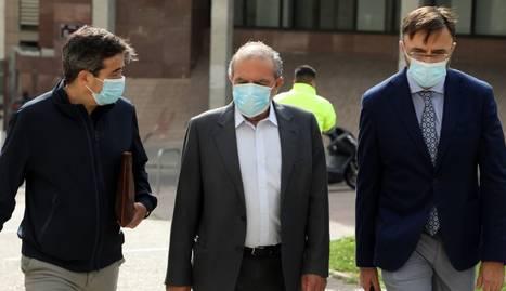Joan Reñé arriba als jutjats de Lleida acompanyat dels seus advocats