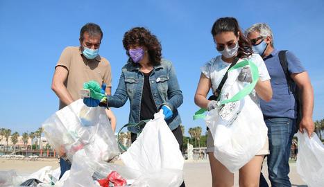 La consellera Teresa Jordà recollint residus ahir a Barcelona.