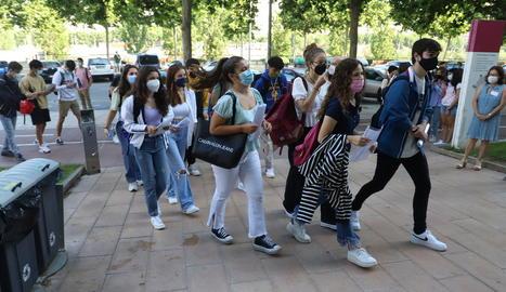 Estudiants entrant en un dels edificis del campus de Cappont de la UdL que són seus de la selectivitat a la capital.