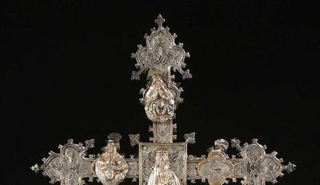 Anvers i revers - La creu processional de plata, retirada ahir de la subhasta a París, es venia com a originària de Cervera del segle XVI. El Crist crucificat presideix l'anvers (foto de l'esquerra), mentre que la Verge amb el Nen figura al r ...