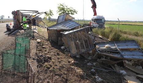 Els treballs per a la retirada del camió sinistrat es van allargar fins al migdia.