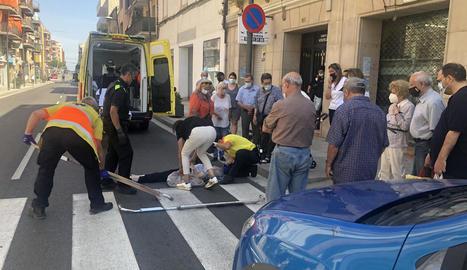 Moment de l'evacuació d'una de les ferides.