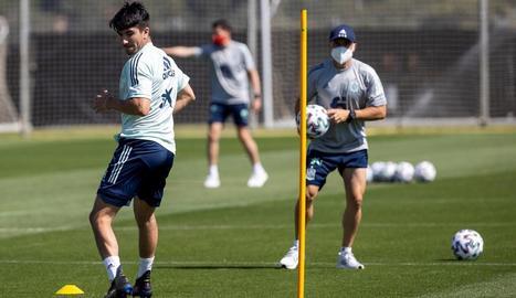 Carlos Soler, davant de Luis Enrique, durant un entrenament.