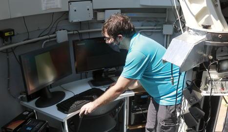 Pla general del monitor al Parc Astronòmic del Montsec, Xavier Moli, mirant l'eclipsi solar parcial