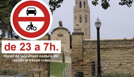 Pla mitjà on es pot veure la porta d'accés al Turó de la Seu Vella pel trànsit rodat amb un senyal