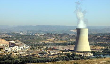 La central nuclear d'Ascó, a la Ribera d'Ebre, amb la xemeneia fumejant a la dreta i els dos reactors a l'esquerra