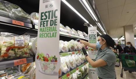 Una empleada en un establiment de Mercadona de Lleida.