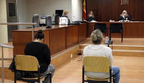 La mare, esquerra, i el padrastre, a la dreta, en el judici celebrat el 22 d'octubre passat.