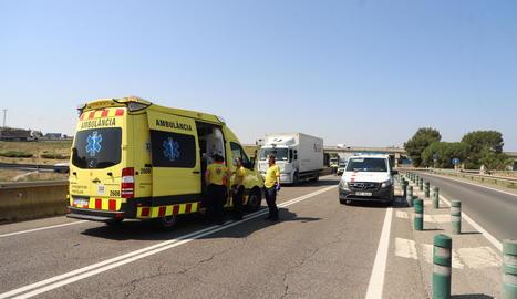 L'aparatós accident d'Alpicat va obligar a tallar la sortida de l'autovia fins que van retirar el camió.