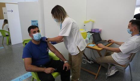 Un home de 40 a 44 anys que es va vacunar ahir a Alcarràs.