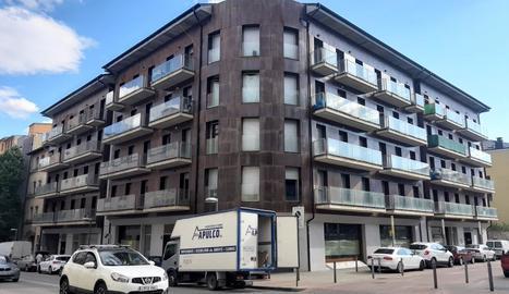 El bloc de pisos okupats a la Seu d'Urgell, propietat de la inmobiliara Solvia.