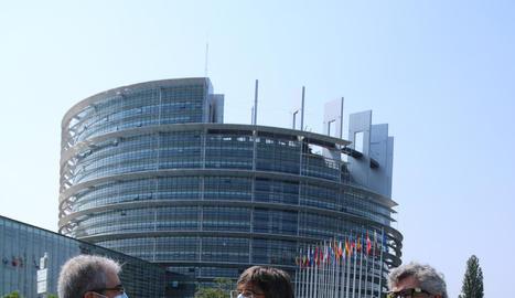 Homs, Puigdemont i Pina, ahir a Estrasburg, davant de la seu del Parlament Europeu.