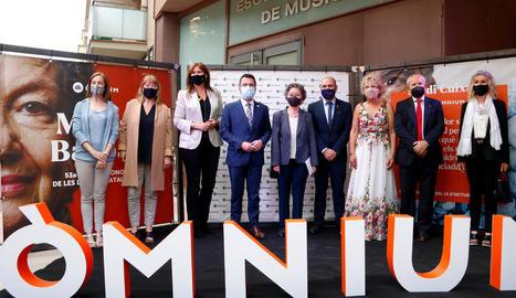 Maria Barbal, al centre, entre el president Aragonès i Marcel Mauri, així com amb altres autoritats que van assistir a la gala literària.