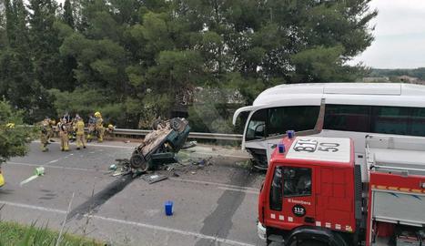 El turisme i l'autocar escolar implicats en l'accident d'aquest divendre