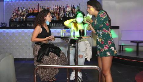 Tres clientes d'una discoteca.