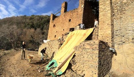 Veïns treballant a recuperar el poble de Solanell.