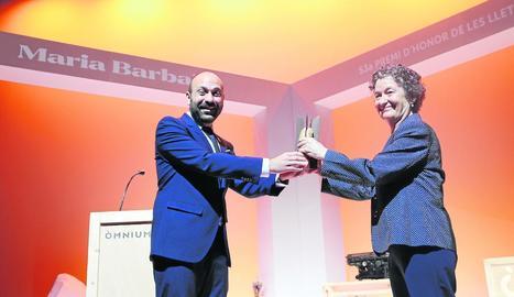 El vicepresident d'Òmnium, Marcel Mauri, va lliurar el guardó a Maria Barbal dijous a La Lira de Tremp.