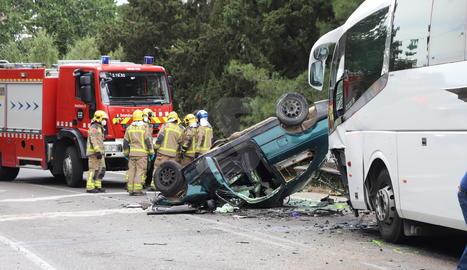 El turisme i l'autocar escolar van xocar frontalment a la carretera LP-9221.