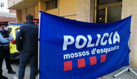 Operatiu dels Mossos a les portes de l'edifici on va ocórrer el crim el passat 31 de maig.