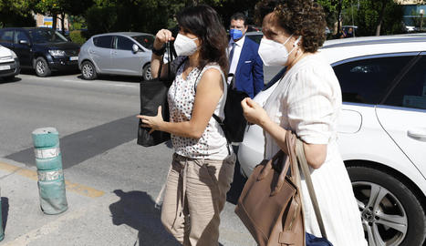 Juana Rivas (esquerra), a l'arribar al centre d'inserció social.