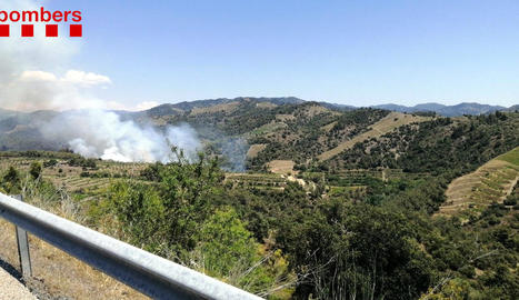 Els Bombers treballen en dos incendis de vegetació agrícola a Artesa de Segre i Gratallops