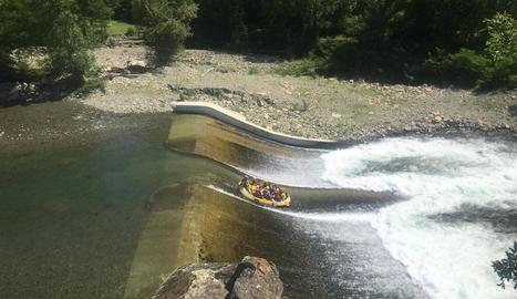 Barques de ràfting solcant ahir les aigües del riu Noguera Pallaresa.