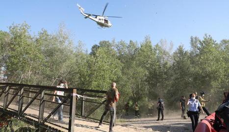 L'helicòpter dels Bombers va inspeccionar el tram del canal on va desaparèixer el menor.