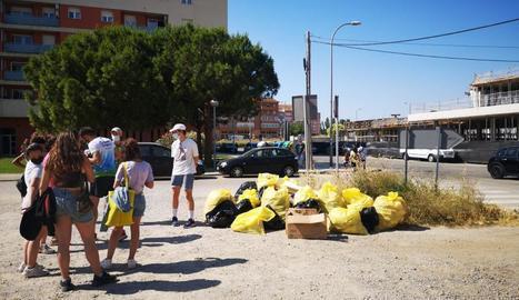 Voluntaris que van participar en l'activitat i la brossa recollida.