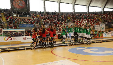 Manlleu i Liceo van rebre alhora el trofeu de campió sobre el parquet de Riazor.